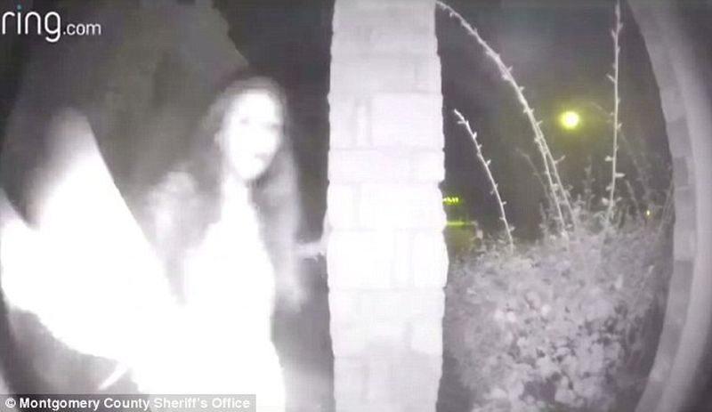 Tajemnicza kobieta dzwoniąca do drzwi. Na ręce ma zerwane kajdanki
