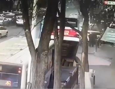 Jezdnia zapadła się pod autobusem. Wszystko uchwycono na nagraniu