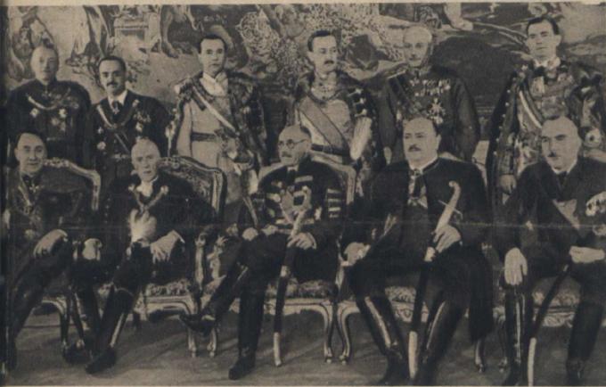 Gabinet Pála Telekiego, ówczesny premier Węgier siedzi wśrodku (w okularach), zdj. z1939 roku