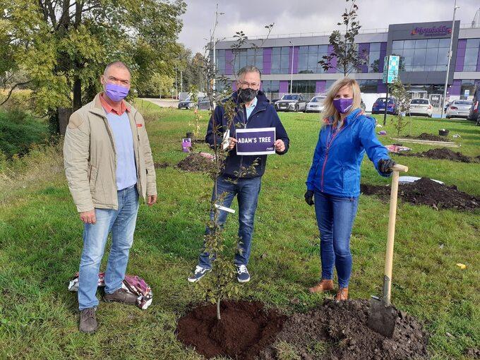 Pracownicy Centrum Badań iRozwoju Mondelez weWrocławiu wramach akcji proekologicznej sadzą drzewa wokolicy swojej siedziby
