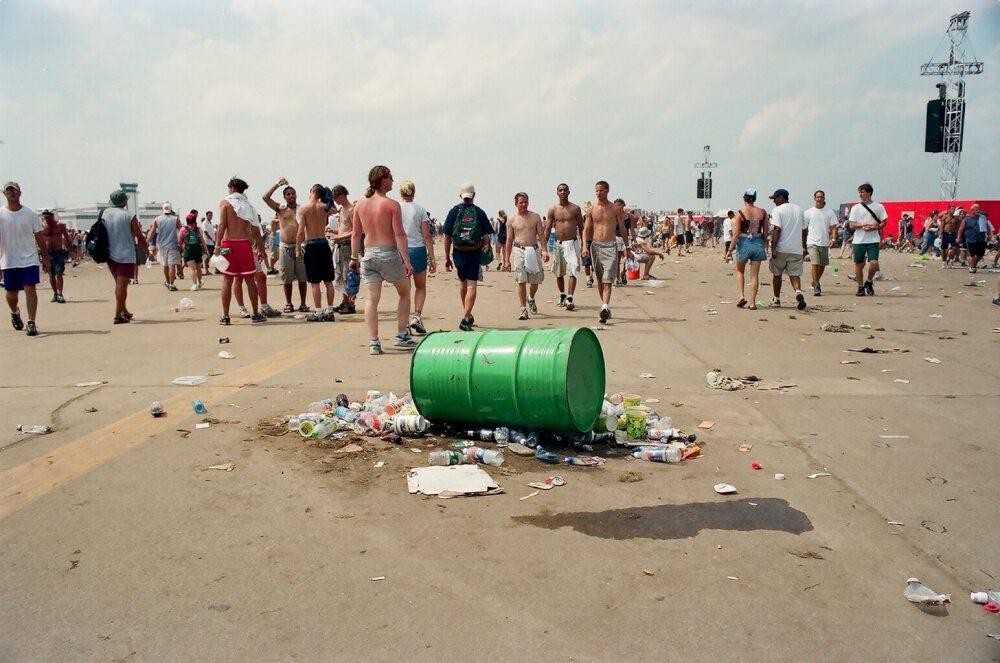 """Kadr z dokumentu """"Music Box. Woodstock '99: Pokój, miłość i agresja"""""""