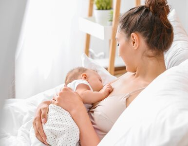 Ta mama nie musi karmić dziecka piersią. Mleko wypływa z jej... pachy