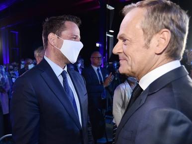 """Zakulisowe gierki w PO. """"Tusk za jednym zamachem załatwił Trzaskowskiego..."""