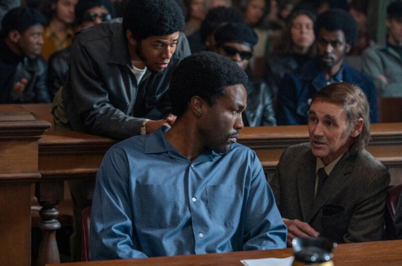 """Kadr z filmu """"Proces Siódemki z Chicago"""" (2020)"""