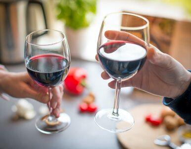 Te rodzaje czerwonego wina będą najlepsze do potraw. Po jaką butelkę...