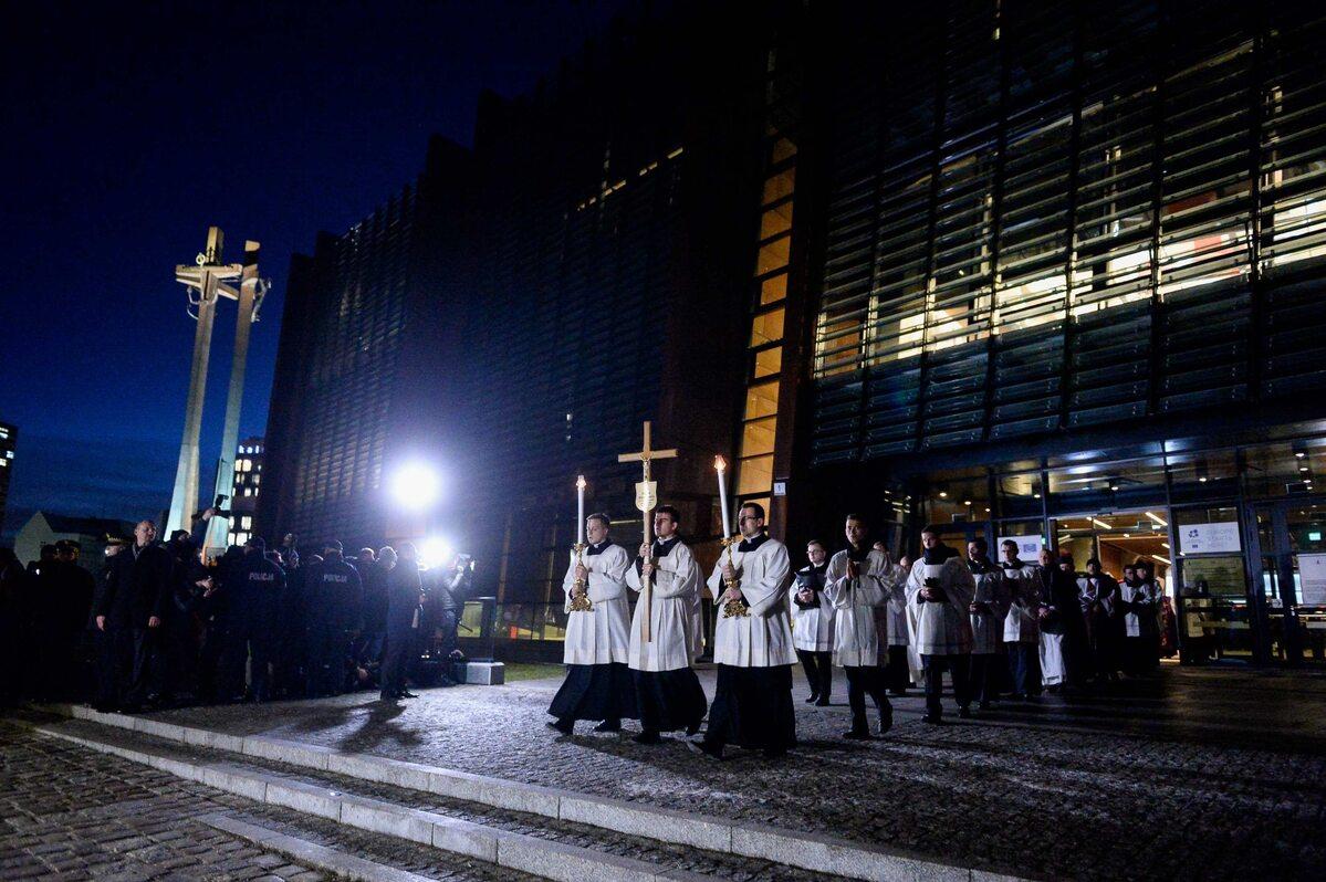 Kondukt żałobny z trumną Pawła Adamowicza wychodzi z budynku ECS