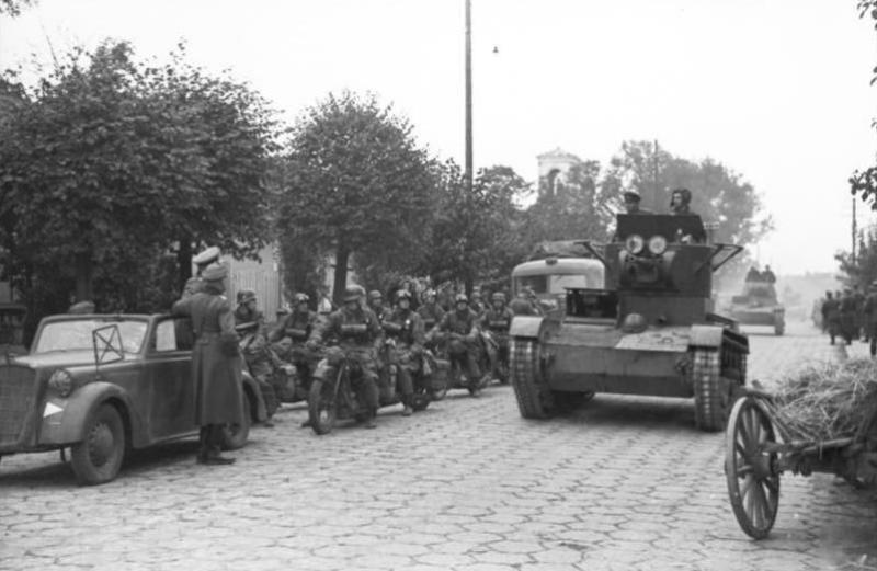 Żołnierze propagandowej kompanii Wehrmachtu i radzieccy pancerniacy w Brześciu