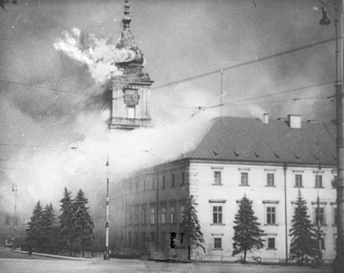 Zdjęcie-symbol. Płonie zachodnie skrzydło Zamku Królewskiego wraz z Wieżą Zygmuntowską