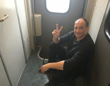 """Paweł Kukiz pozdrawia z zatłoczonego pociągu. """"Mam ekskluzywną jedynkę"""""""