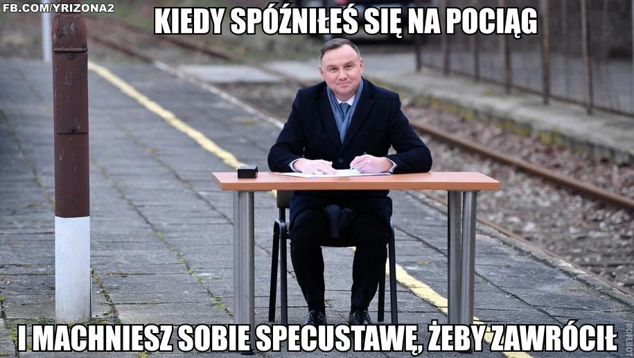 Mem po podpisaniu ustawy przez prezydenta Andrzeja Dudę na peronie kolejowym