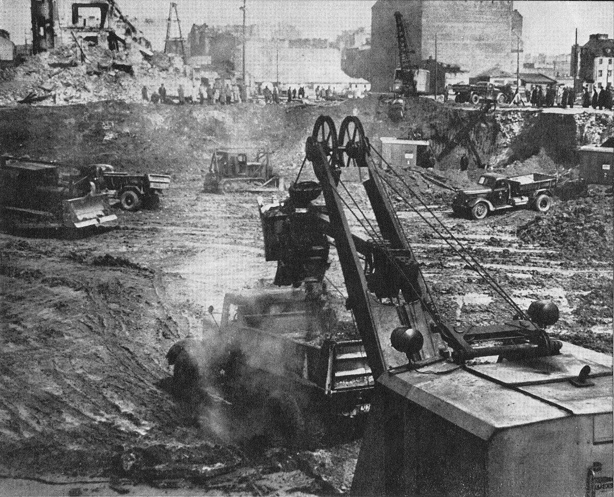 Wykopy pod fundamenty gmachu PKiN, 1952 r.
