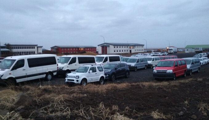 Parkingi znieużywanymi samochodami tojeden zsymboli kryzysu spowodowanego przez wirusa ibrak turystów