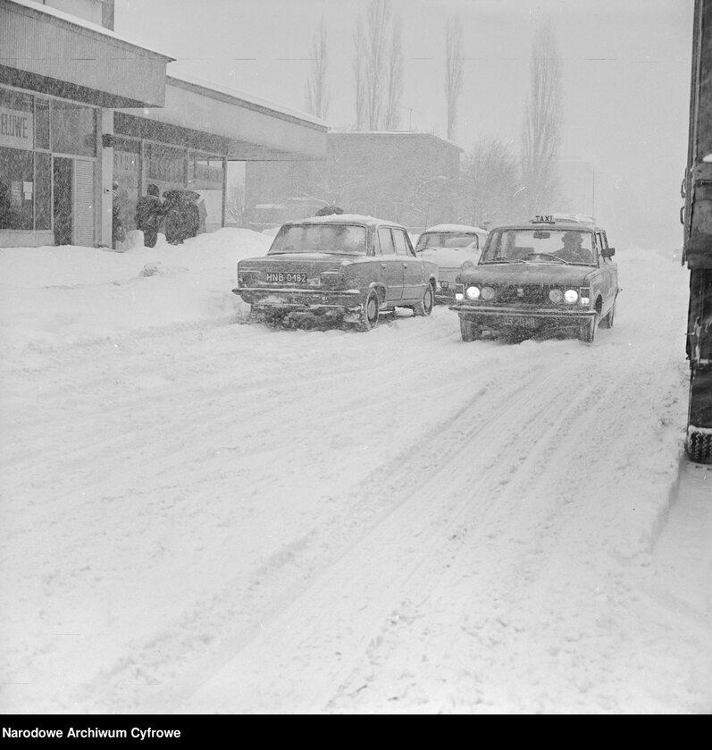 Taksówka Fiat 125p na zaśnieżonej jezdni ul. Malczewskiego w Warszawie