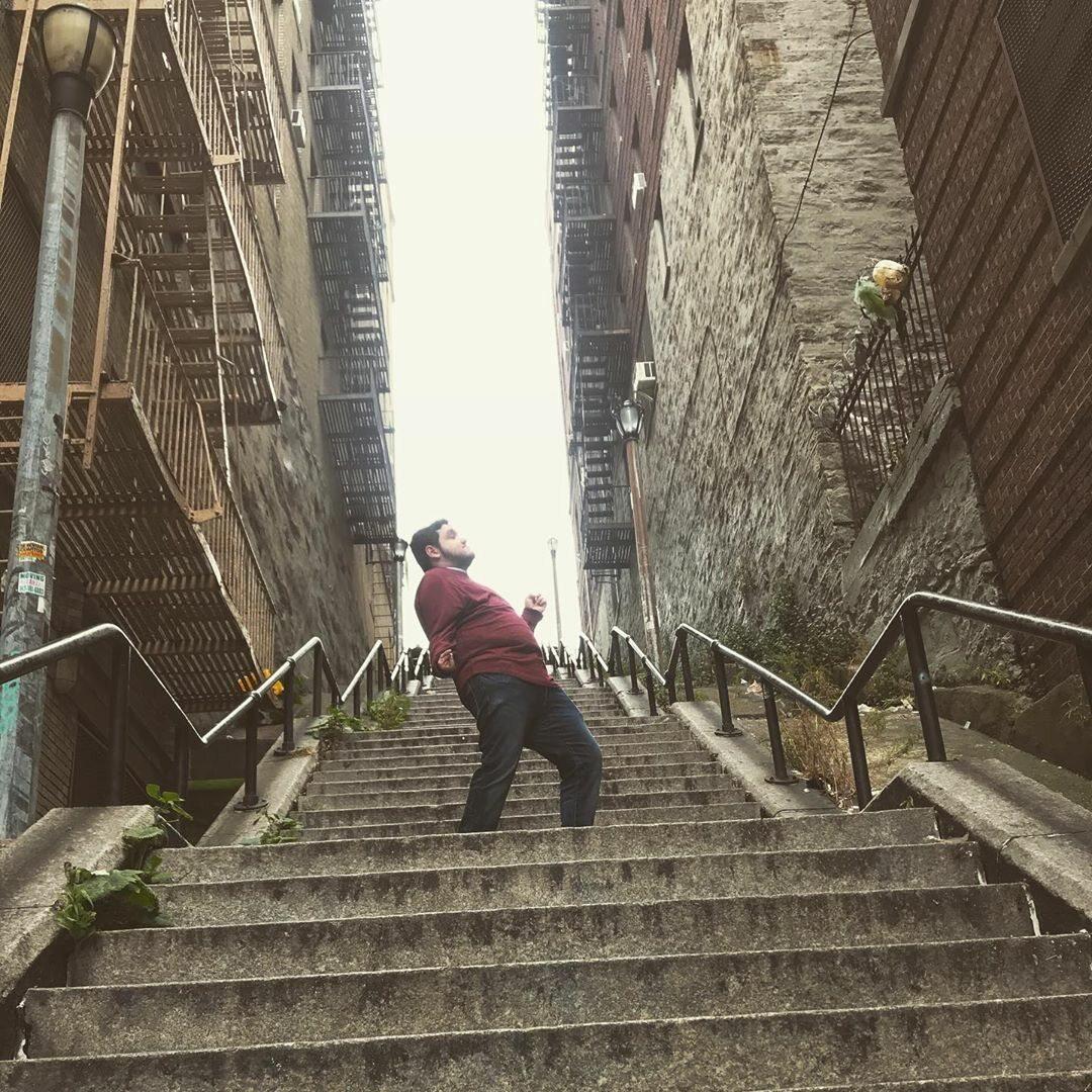 """Zdjęcie na tle schodów z """"Jokera"""""""