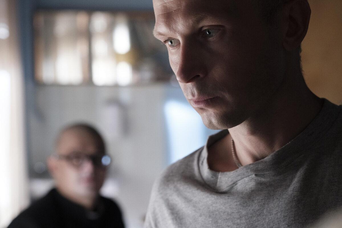 """Kadr z filmu """"Johnny"""" o księdzu Janie Kaczkowskim"""
