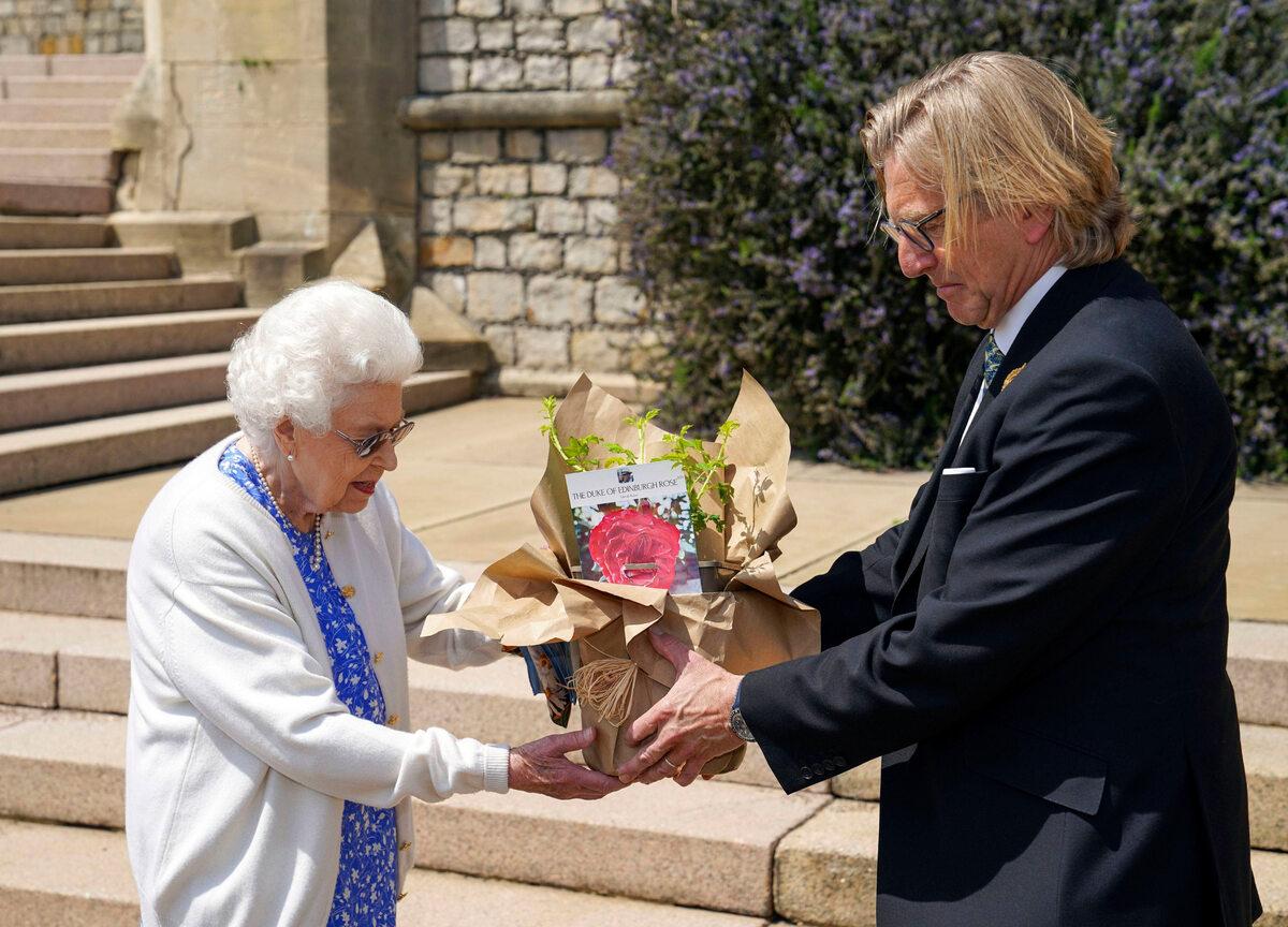 Królowa Elżbieta odbiera różę, która ma upamiętniać księcia Filipa