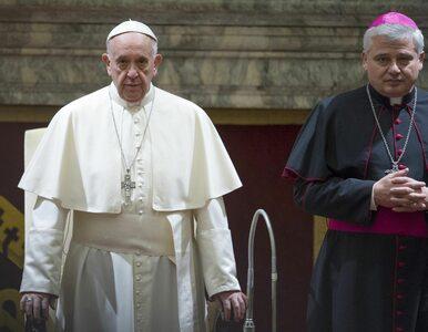 Kardynał Krajewski przyleciał do Krakowa. Zamiast w hotelu, spał z...