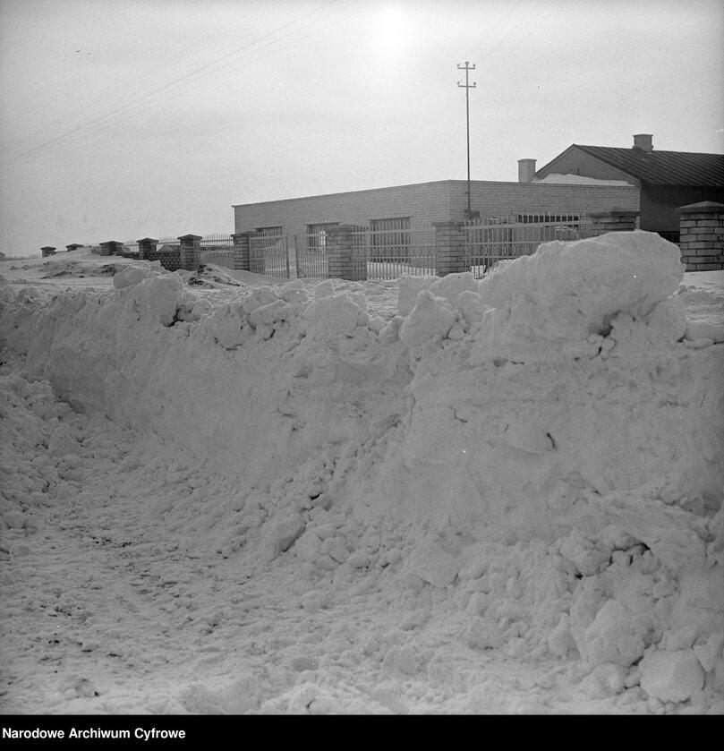 Hałdy śniegu przed zabudowaniami w okolicach Starych Babic