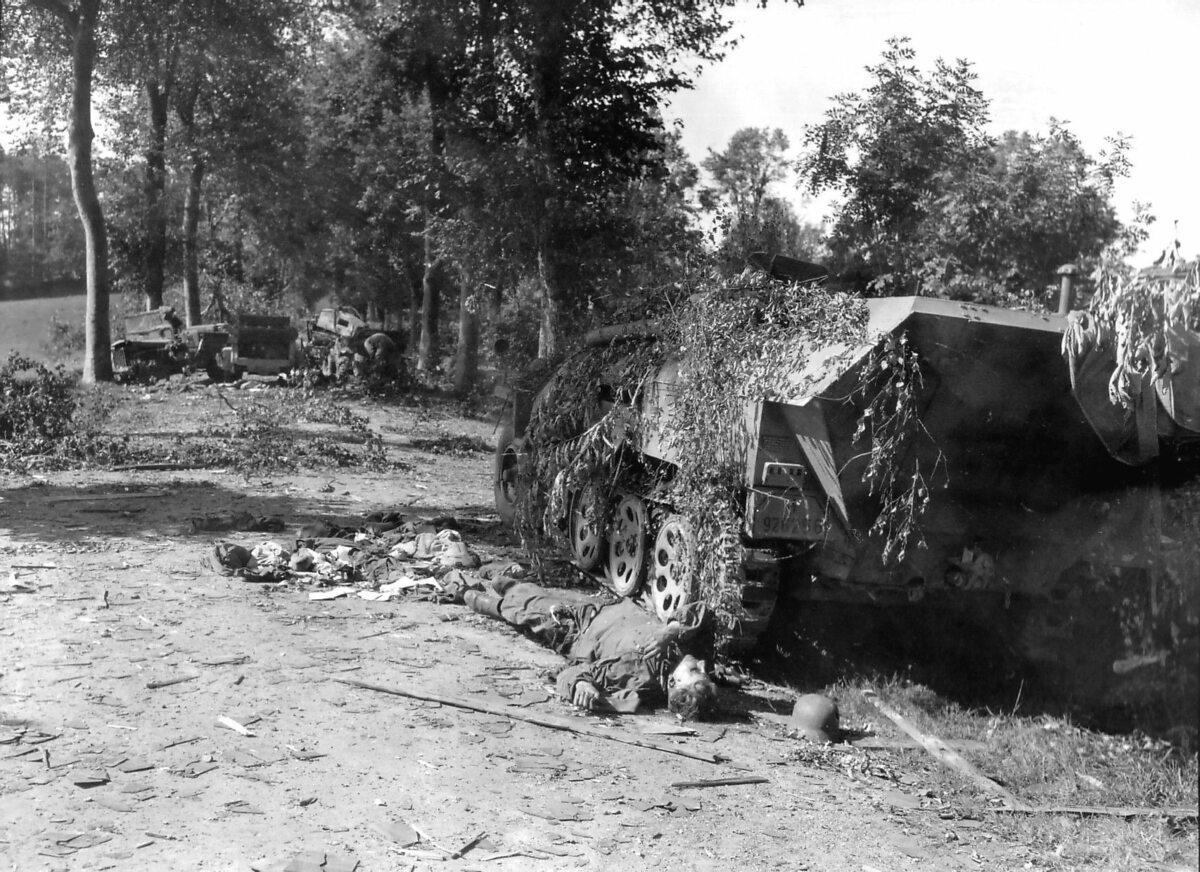 Niemcy nie tylko bronili swoich pozycji. Pod niewielką miejscowością Mortain próbowali przeprowadzić kontrofensywę pod kryptonimem operacji Lüttich. Akcja okazała się nieudana. Na zdjęciu zniszczona niemiecka kolumna pancerna.