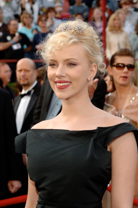 Scarlett Johansson podczas 77. ceremonii rozdania Oscarów w 2005 roku