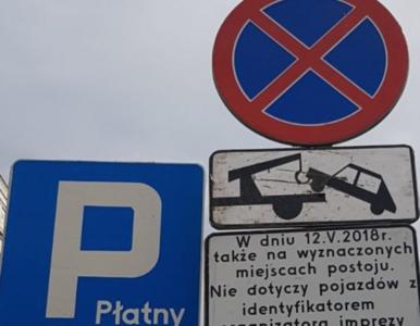 """Znak drogowy oburzył Patryka Jakiego. """"Odholują samochód każdemu, kto..."""