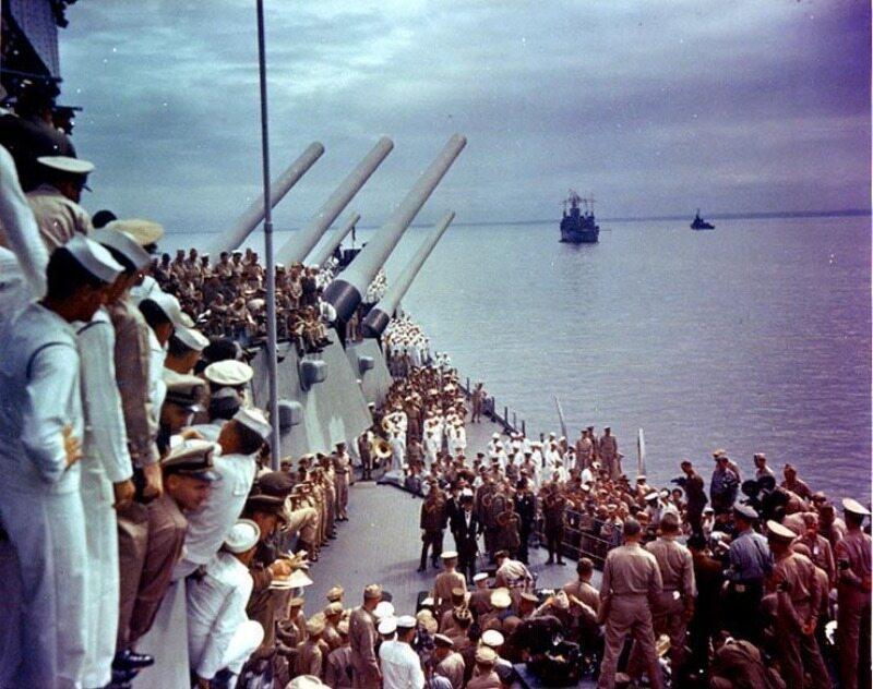 Japończycy podpisują akt kapitulacji na pokładzie USS Missouri (2 września 1945 r.)