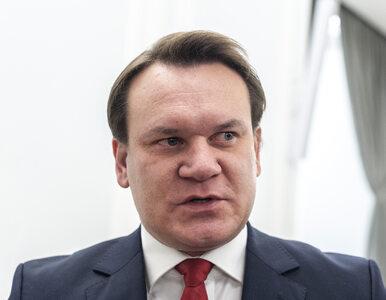 """""""Hołd tuski"""". Dominik Tarczyński krytykuje Donalda Tuska mówiącego po..."""