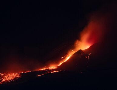 Wybuch wulkanu Etna. Wyrzuca lawę i kłęby dymu