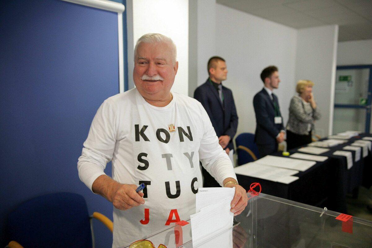 """Lech Wałęsa głosował w koszulce z napisem """"Konstytucja"""" Przed wyborami szef PKW Wojciech Hermeliński zapowiadał, że nie będzie to traktowane jako naruszenie ciszy wyborczej."""