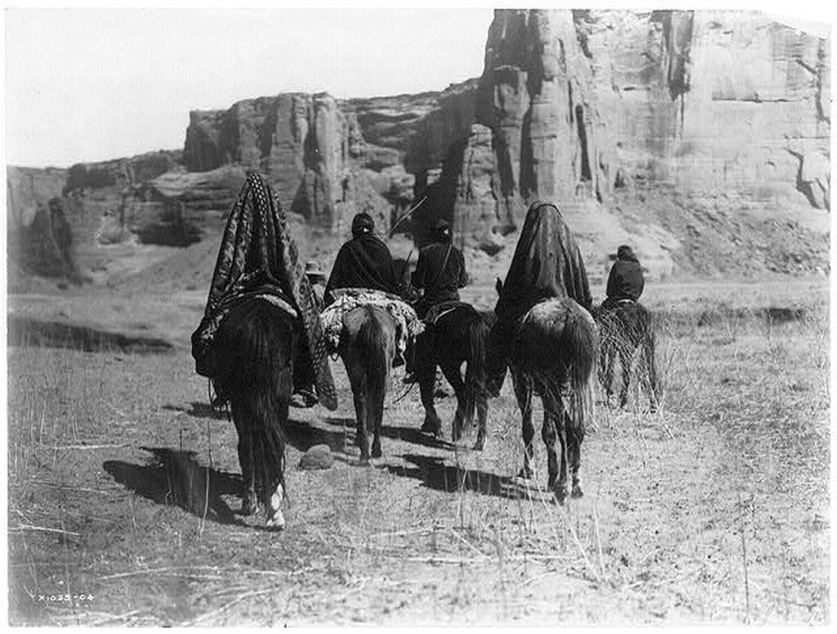 Przejazd Indian Navaho w pobliżu kanionu Tesacod, 1905 rok