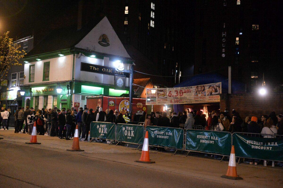 Tłum przed barem w Coventry