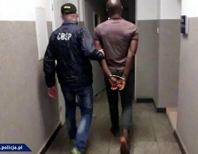 """Wrocław. """"Łowcy cieni"""" zatrzymali Nigeryjczyka, którego szukały Interpol..."""