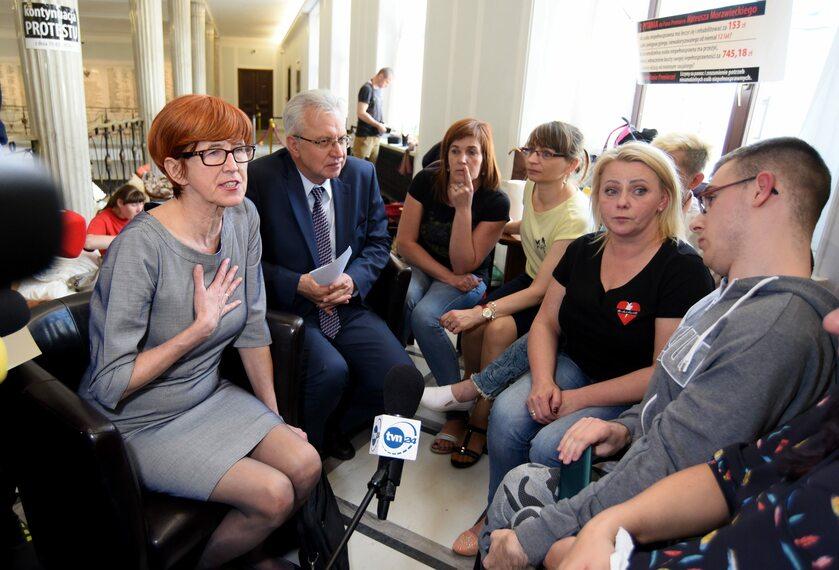 Elżbieta Rafalska na spotkaniu z protestującymi