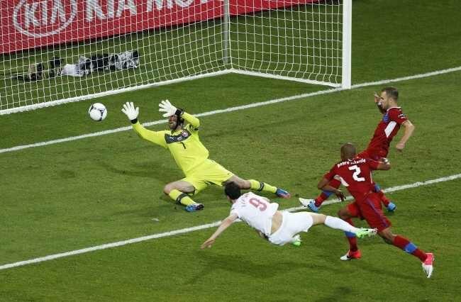 A miało być tak pięknie - Lewandowski na początku meczu myli się o centymetry (fot. EPA/ARMANDO BABANI/PAP)