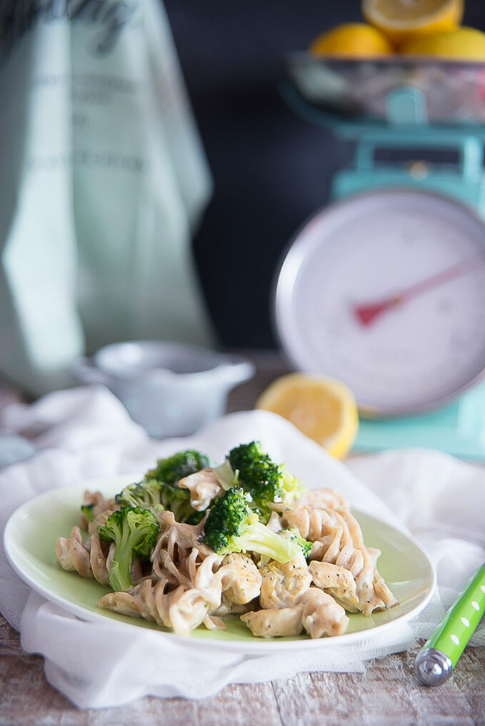 Makaron z otrębami w sosie śmietanowo-brokułowym z kurczakiem