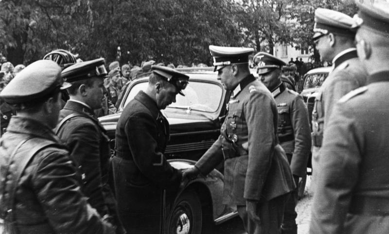 Niemiecki dowódca i sowieccy żołnierze