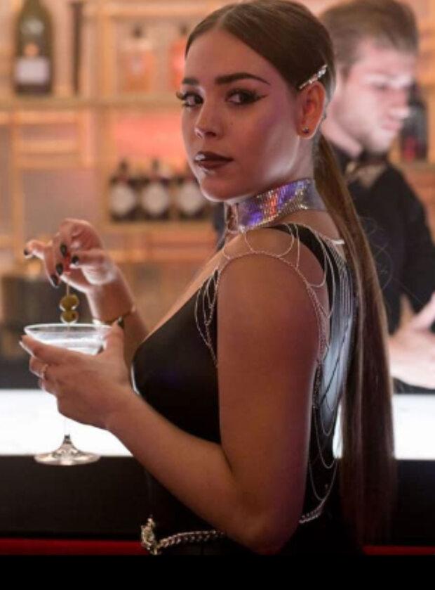 """Danna Paola jako Lu Montesinos w serialu """"Szkoła dla elity"""""""