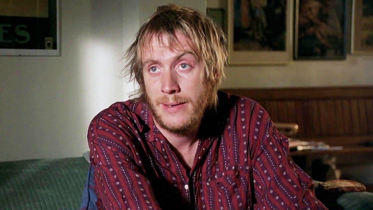 """Jak nazywa się przedstawiony na zdjęciu bohater filmu """"Notting Hill"""", w którego rolę wcielił się Rhys Ifans?"""