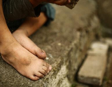 6-latek biegał bez butów po ulicy. Matka... zasnęła