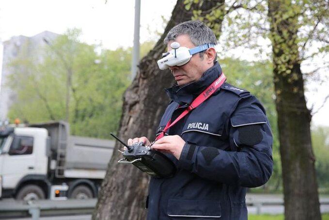 Policjant sterujący dronem