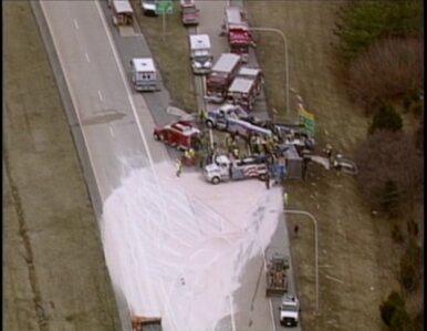 Ładunek soli z przewróconej ciężarówki zablokował drogę