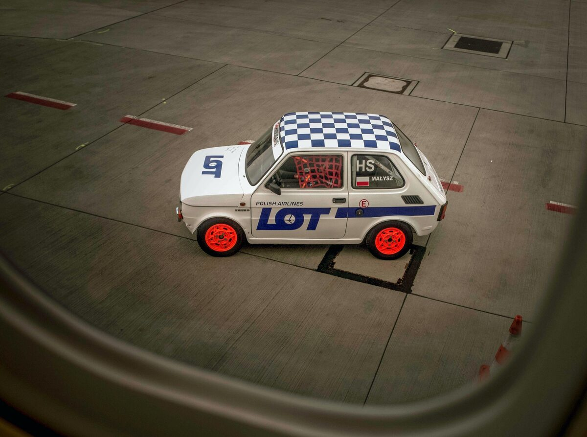 Sesja zdjęciowa oryginalnego Fiata 126p w malowaniu PLL LOT