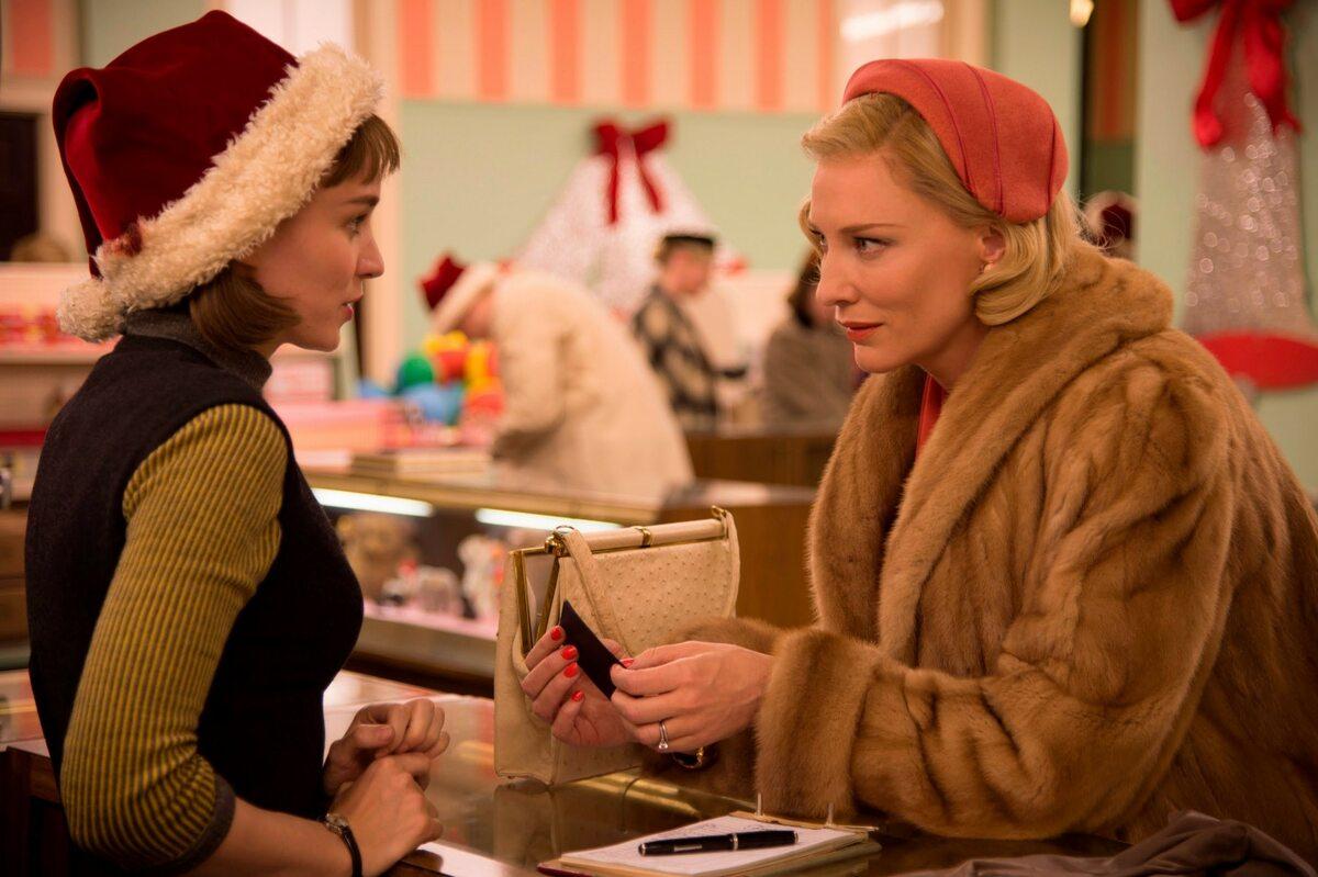 """#9 Carol, reż. Todd Haynes (USA, 2015) Todd Haynes ponownie, po genialnym """"Daleko od nieba"""", przenosi się w czasie do Ameryki skostniałych obyczajów, pruderii i politycznej poprawności. """"Carol"""" zachwyca wizualnym dopracowaniem i muzyczną ilustracją, ale nie samo opakowanie przynosi radość oglądania. Cate Blanchett i Rooney Mara z subtelnością odgrywają miłosną fascynację, lęk i pożądanie. Haynes tworzy relację bohaterek gdzieś pomiędzy słowami, za pomocą spojrzeń i gestów, dzięki czemu całość nabiera tajemniczego tonu niedopowiedzenia. Ten film staje się fetyszem dla lubiących dopracowane obrazy, pełne emocji relacje i erotyczne napięcie. Amerykańskiemu reżyserowi udaje się, bez szokowania, oddać ducha czasu, głównie za sprawą wirtuozerskiego milczenia. [Małgorzata Czop]"""