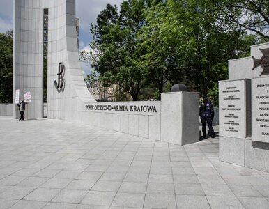 Napis na pomniku AK w Warszawie. Protestujący szybko go zmyli