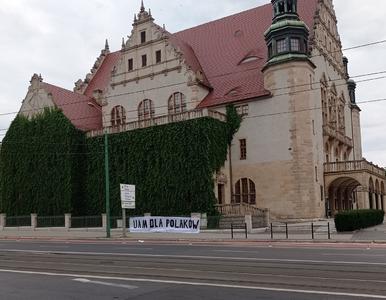 """Poznań. Młodzież Wszechpolska wywiesiła transparent: """"UAM dla Polaków""""...."""