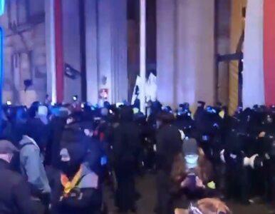 Gwałtowny protest przed MEN. Policja zatrzymała dziennikarkę, jest nagranie