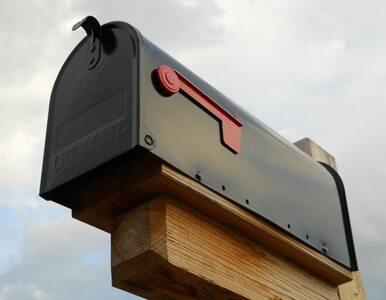 Ulotki przedstawiające nagą wójt w skrzynkach pocztowych wyborców