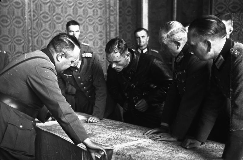 Rozmowy oficerów Wehrmachtu i Armii Czerwonej o wytyczeniu bieżącej linii rozgraniczenia wojsk na zaatakowanym terytorium Polski Brześć, wrzesień 1939. Na pierwszym planie gen. Heinz Guderian (odwrócony z tylnego półprofilu)