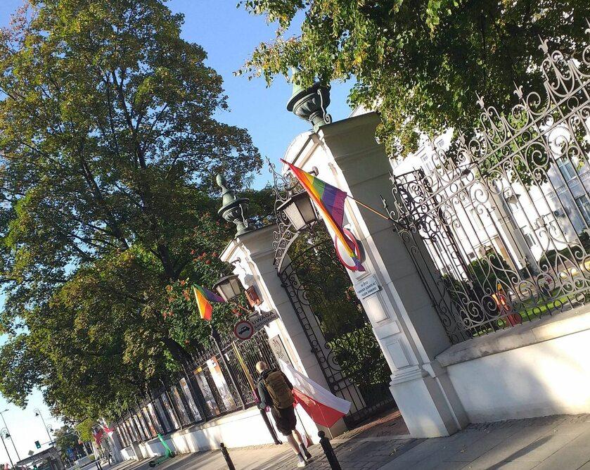 Tęczowe flagi przed Ministerstwem Sprawiedliwości