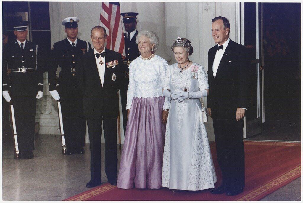 Książę Filip na zdjęciu z królową Elżbietą II, prezydentem USA Georgem Bushem  i jego żoną w 1991 roku